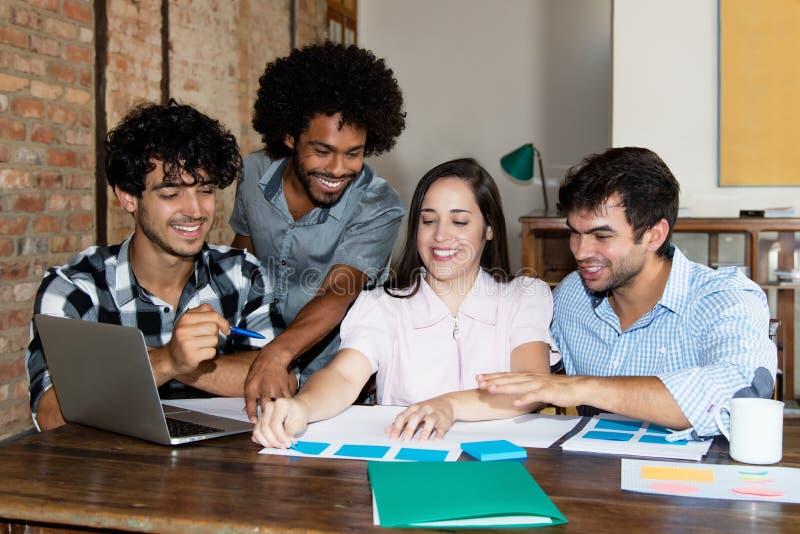青年人非裔美国人和白种人企业队  免版税图库摄影