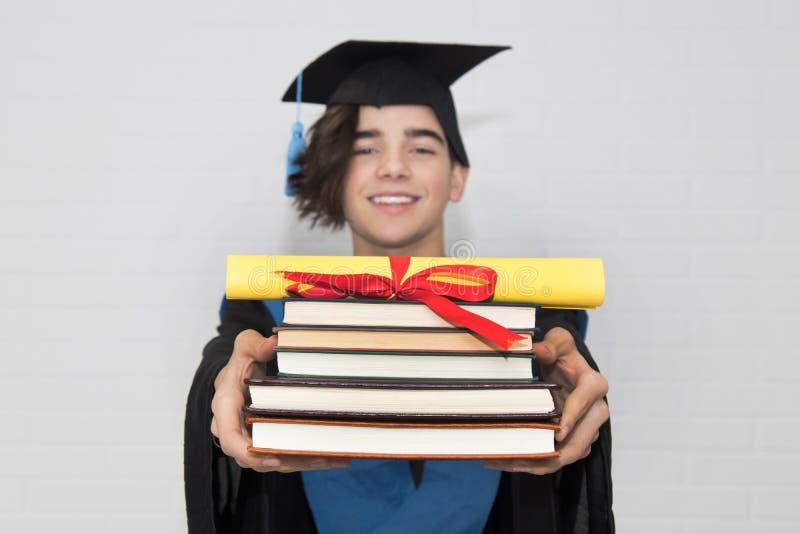 青年在毕业时被隔离 免版税图库摄影