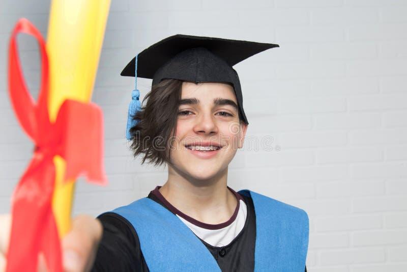 青年在毕业时被隔离 免版税库存图片