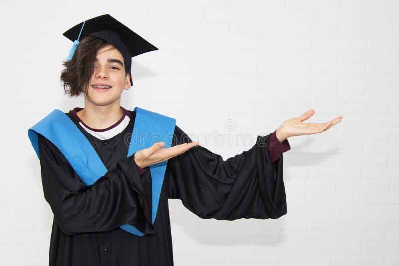 青年在毕业时被隔离 库存图片
