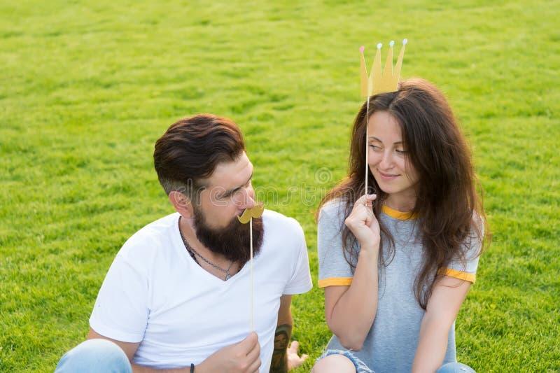 青年天 有无忧无虑的夫妇乐趣绿色草坪 在爱快乐的青年摊支柱的夫妇 人有胡子的行家和 免版税图库摄影