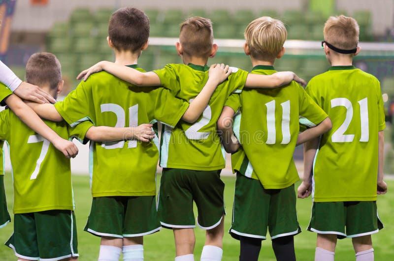 青年小辈足球队员 连续站立的男孩和观看的点球 库存图片