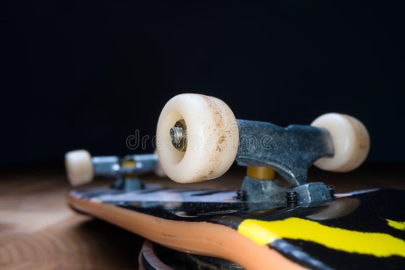 ?? 孩子和少年的一个小滑板能使用与手手指 青年文化,极限运动 免版税图库摄影