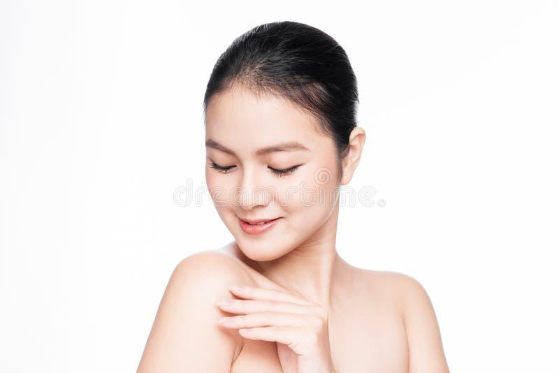 青年时期和护肤概念 有完善的皮肤画象的秀丽温泉亚裔妇女 免版税库存照片