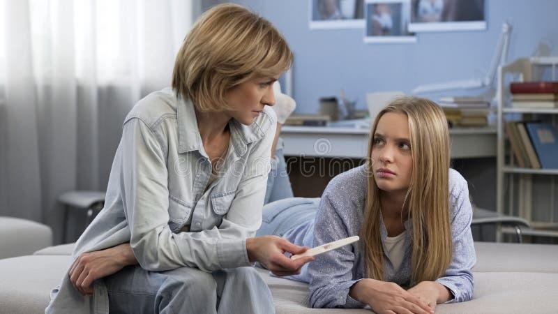 青年期怀孕,少年需要父母支持,缺乏了解 免版税图库摄影