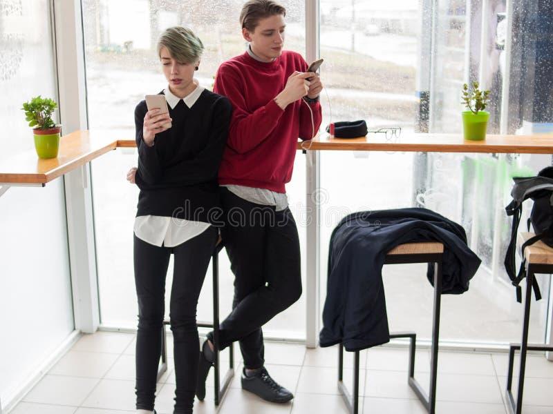青年生活方式互联网手机瘾 免版税库存图片