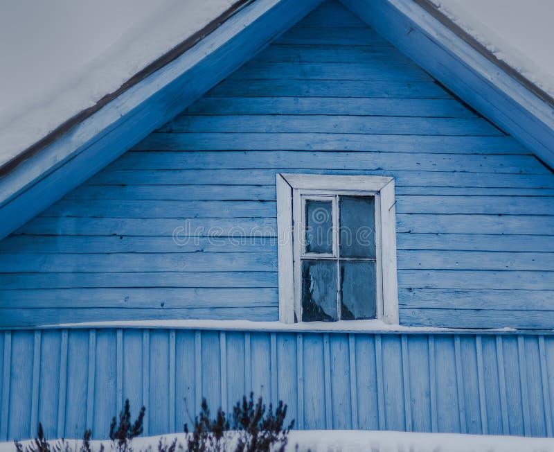 青斑土气房子在国家在冬天 图库摄影