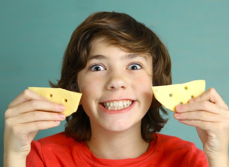 青春期前男孩说乳酪微笑 免版税库存图片