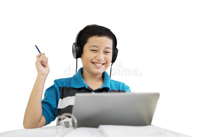 青春期前的学生听见在演播室的音乐 免版税库存图片