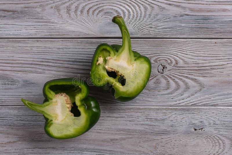 青椒在一张木桌上切成了两半紧密  库存照片