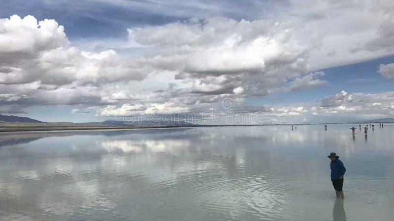 青海夏卡盐湖水和天空在一种颜色 库存图片