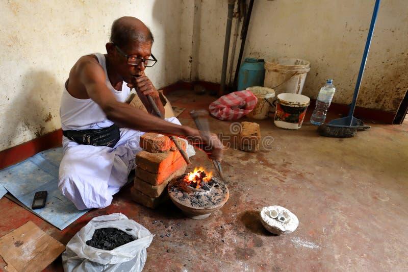 青玉的热治疗在Ratnapura斯里兰卡 库存图片