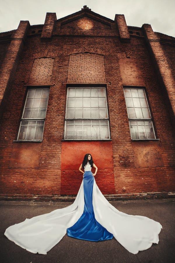 青白的礼服天使的长发浅黑肤色的男人 图库摄影