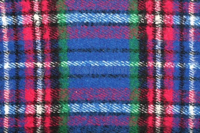 青红色白色绿的方格的格子呢羊毛毯子细节有边缘的 免版税图库摄影