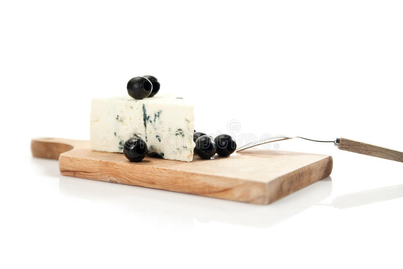 青纹干酪和黑橄榄在cheeseboard 库存图片