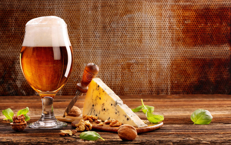 青纹干酪开胃菜和啤酒在棕色葡萄酒背景 图库摄影