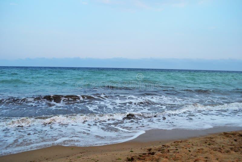 青绿色海起泡沫与蓝天夏天下午 库存照片