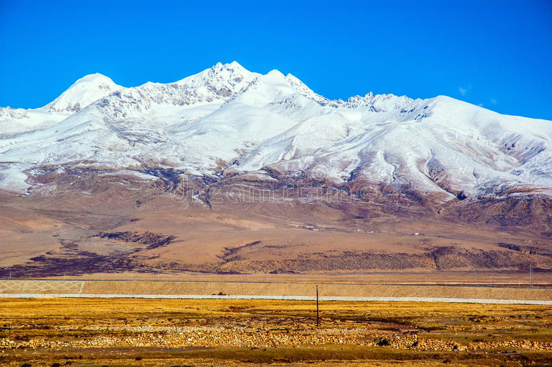 青藏高原场面高原雪山和铁路 免版税库存图片