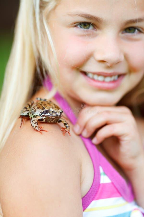 青蛙女孩她小的肩膀 免版税库存图片