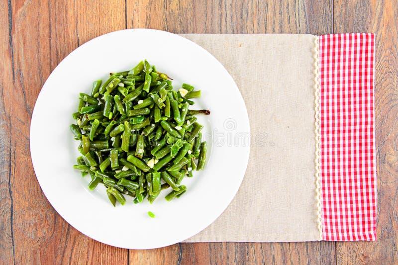 Download 青豆油煎用在一块白色板材的大蒜 库存图片. 图片 包括有 膳食, 烹调, 油煎, 叶子, altai, 食物 - 62528819