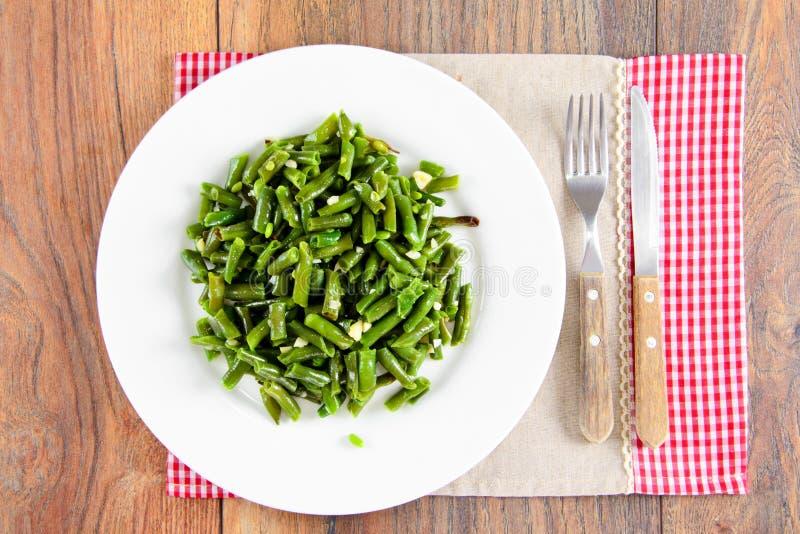 Download 青豆油煎用在一块白色板材的大蒜 库存照片. 图片 包括有 制动手, 陶器, 对象, 午餐, 绿色, 平底锅 - 62528820