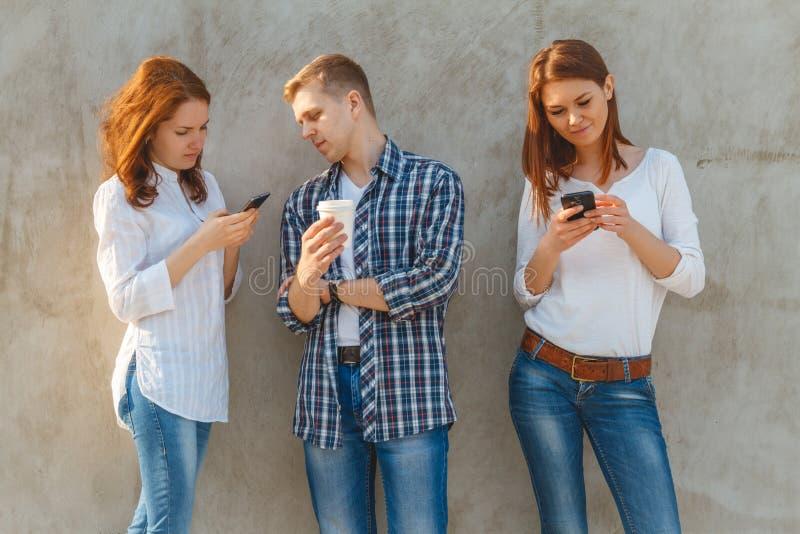 青年人公司有电话的 图库摄影