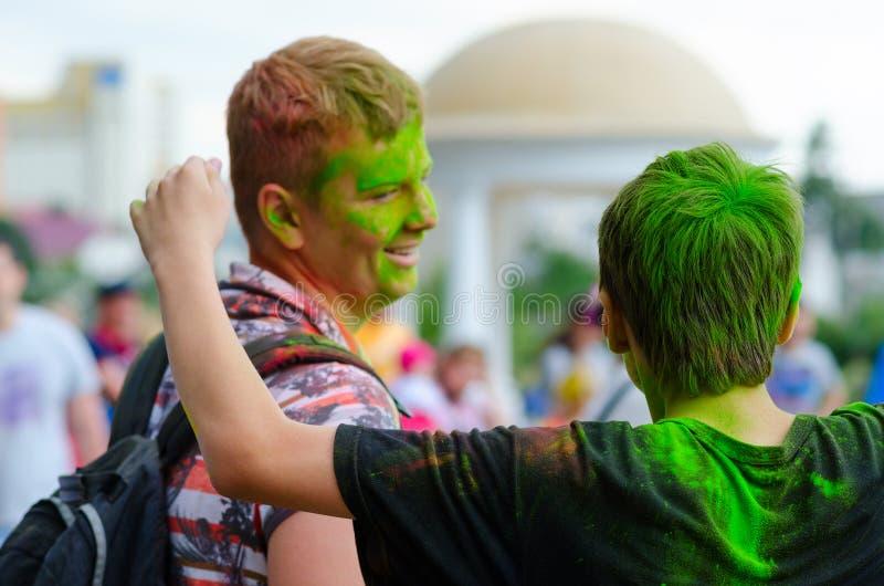 青年人在戈梅利,白俄罗斯庆祝Holi节日 库存照片