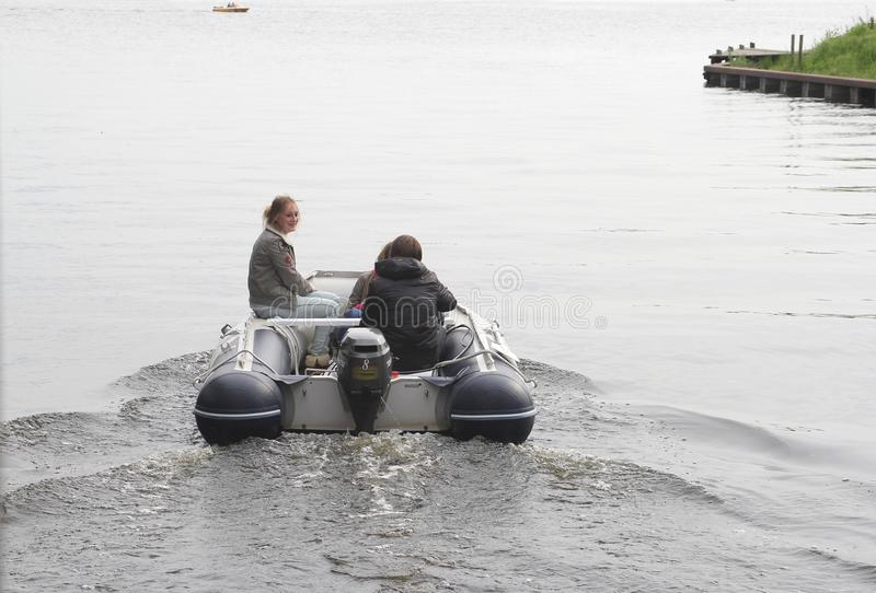青年人在湖, Loosdrecht,荷兰航行 免版税库存照片