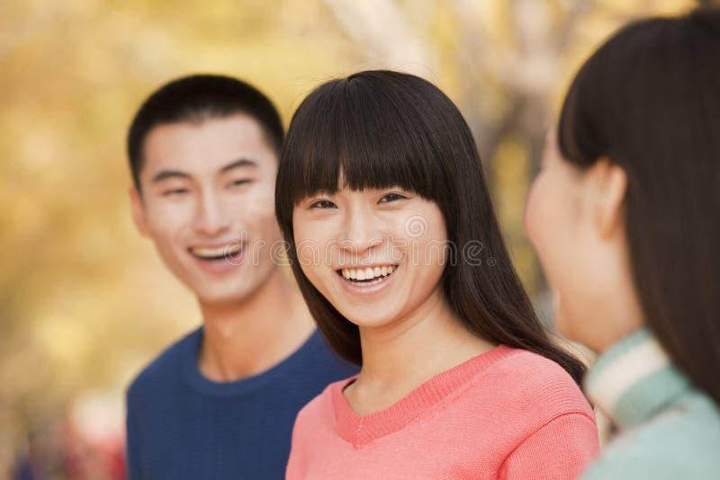 青年人在秋天的享用一个公园 库存图片