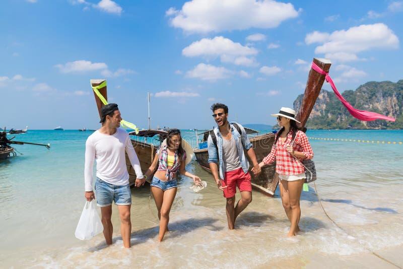 青年人小组旅游长尾巴泰国小船海洋朋友海假期旅行旅行 免版税库存照片