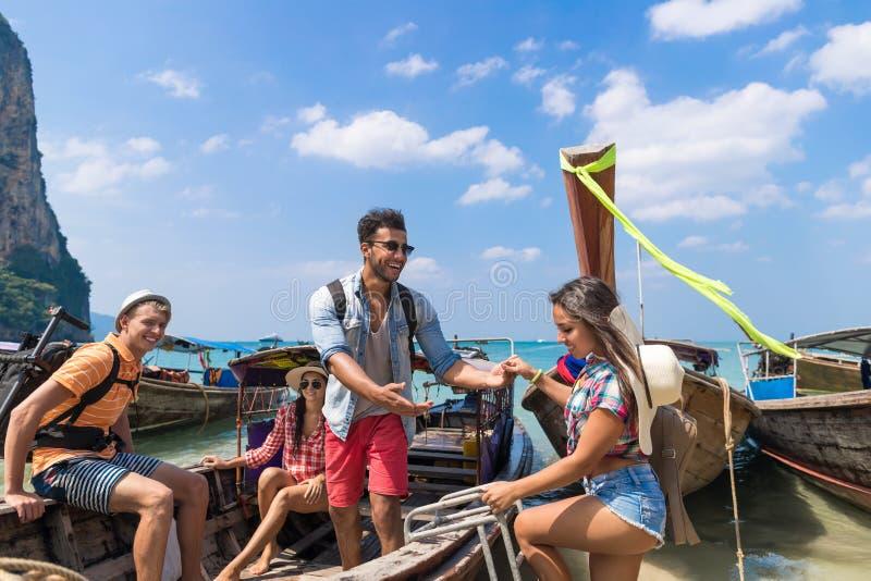青年人小组旅游风帆长尾巴泰国小船海洋朋友海假期旅行旅行 库存图片