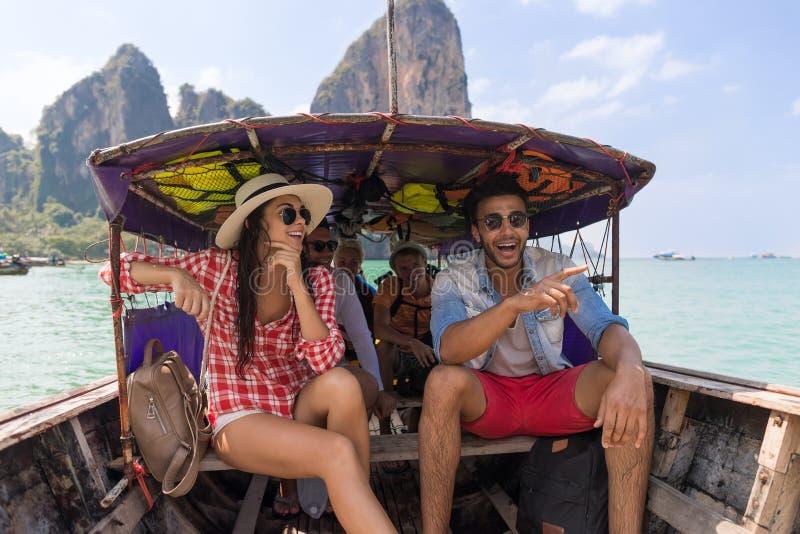 青年人小组旅游风帆长尾巴泰国小船海洋朋友海假期旅行旅行 免版税库存照片