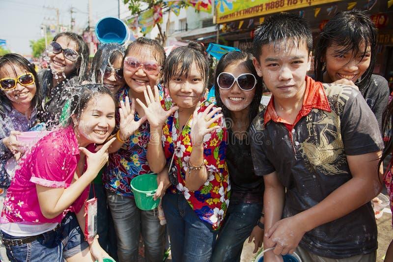 青年人庆祝传统Songkran节日在街道 库存图片