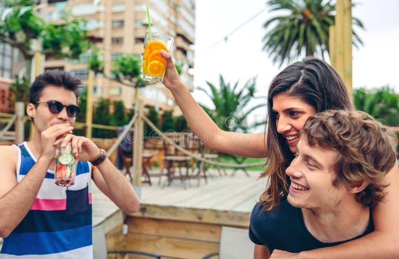 青年人跳舞和获得乐趣在夏天党 免版税库存照片
