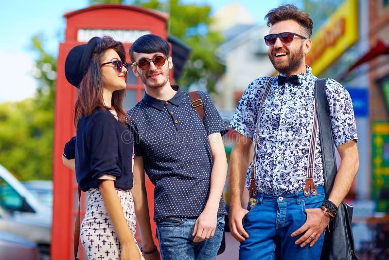 青年文化联系,在街道上的朋友 库存图片