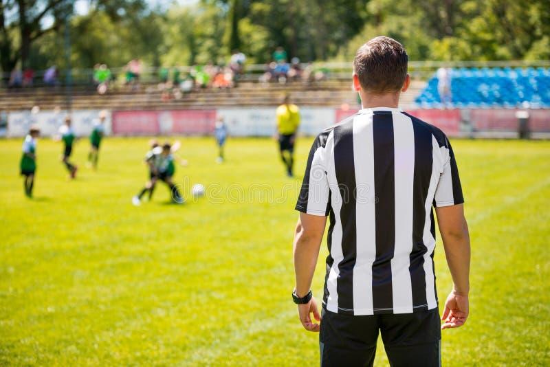 青年足球队员教练  教练橄榄球足球孩子 Socce 免版税库存照片