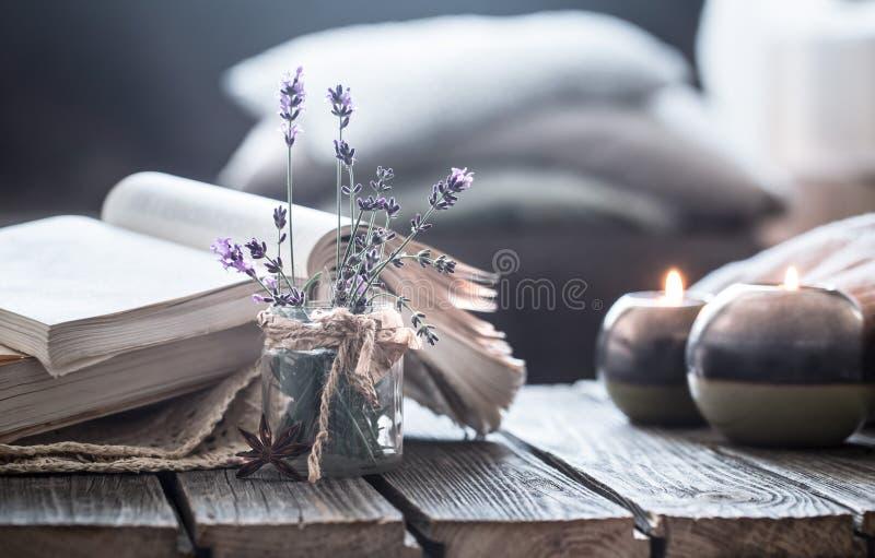 静物画一本书和一个蜡烛在一张木桌上 免版税库存图片
