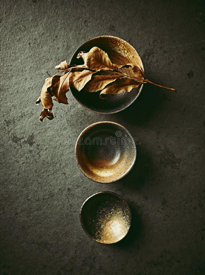 静物画用手制作了日本陶瓷在石背景 免版税库存图片