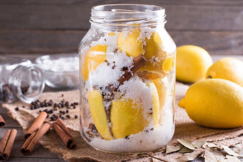 静物画用新鲜的柠檬和盐在老木桌上 免版税库存图片