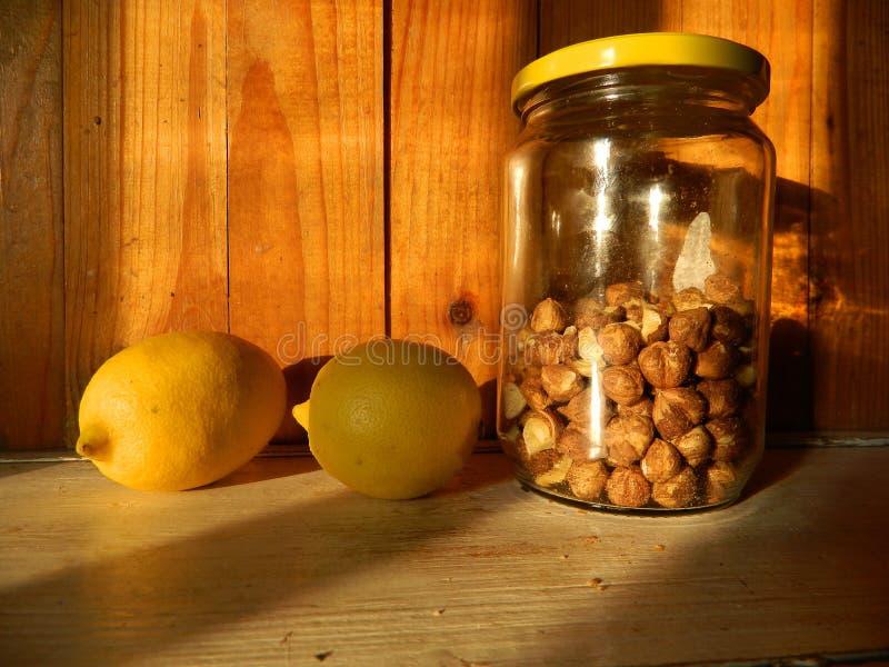 静物画用柠檬和榛子 免版税库存照片