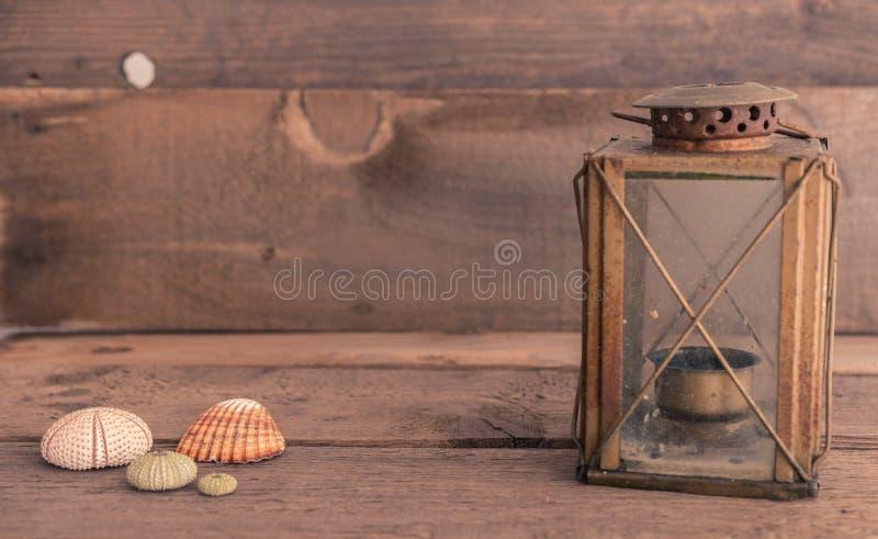 静物画老灯笼和贝壳 库存图片