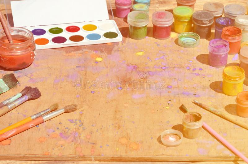 静物画,在水彩绘画和艺术上表示兴趣 很多刷子,有水彩的瓶子绘并且使用了树胶水彩画颜料谎言 图库摄影