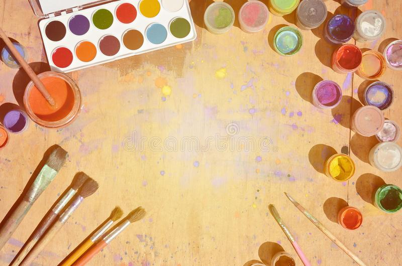 静物画,在水彩绘画和艺术上表示兴趣 很多刷子,有水彩的瓶子绘并且使用了树胶水彩画颜料谎言 免版税库存照片