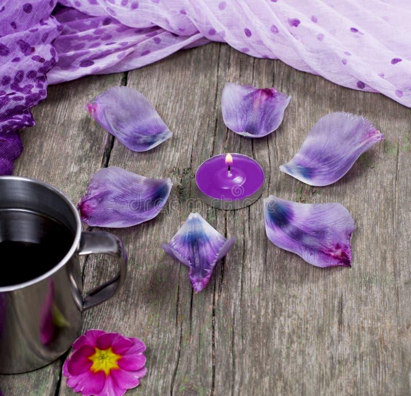 静物画、蜡烛、瓣和淡紫色围巾 免版税库存图片