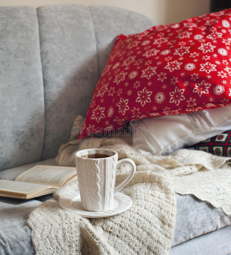 静物画内部细节、在沙发的茶和书 库存照片
