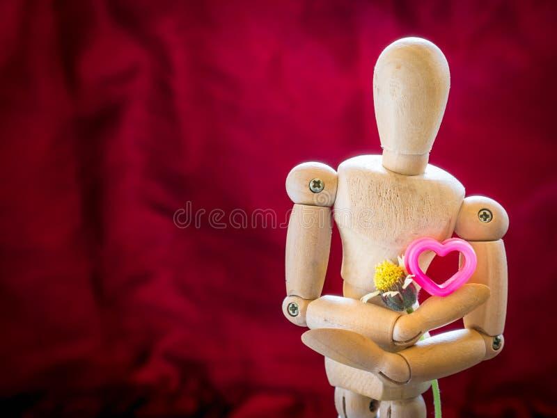 静物画木木偶和桃红色心脏 免版税库存图片