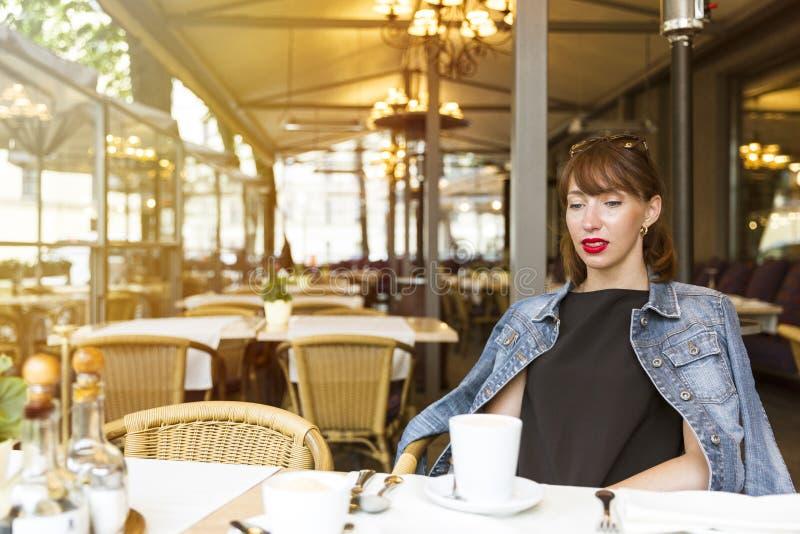 静物画概念 放松在咖啡馆的美丽的女孩 免版税库存图片