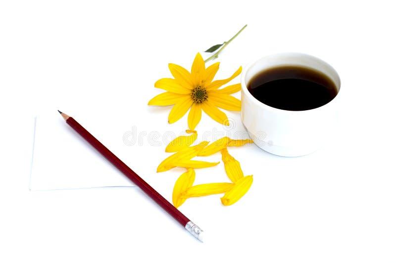 静物画每咖啡、一支铅笔有纸的和一黄色flo 免版税库存照片