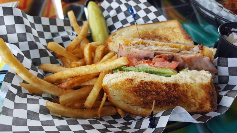 静物画烤熟食店三明治用炸薯条 库存图片
