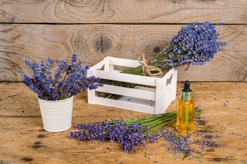 静物画用在一张老土气木桌上的淡紫色 库存图片